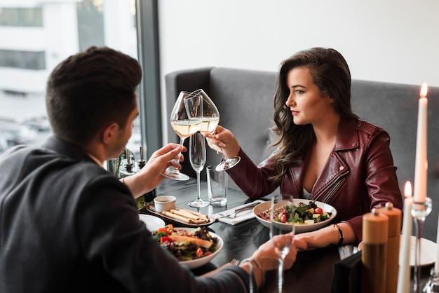 Pareja cenando en un restaurante