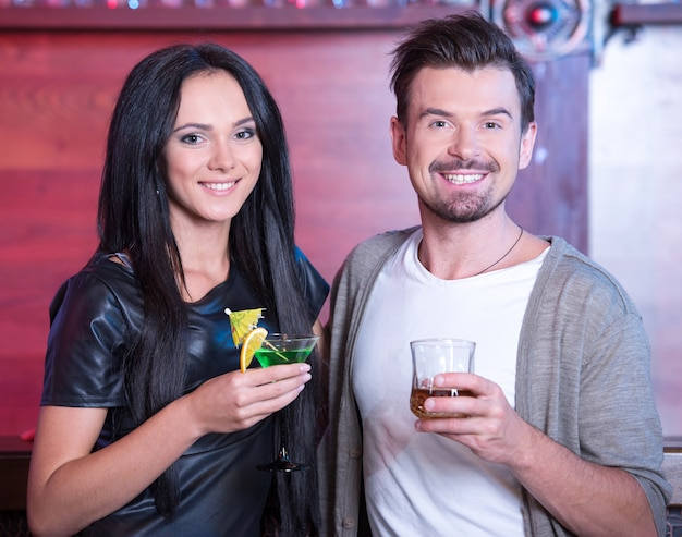 Pareja en una cita en el bar tomando alcohol.