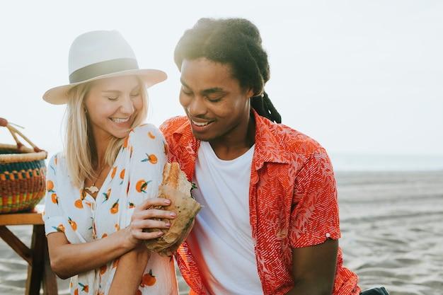 Pareja en una cita romántica en la playa