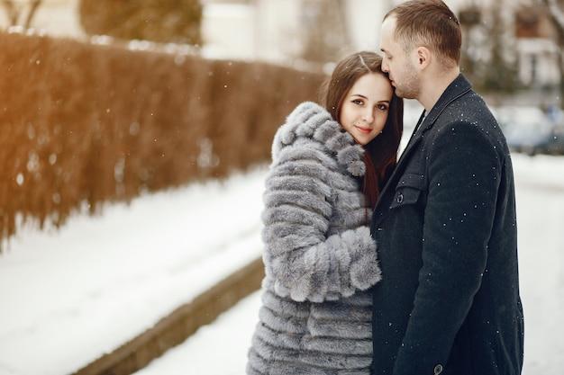 Pareja en una ciudad de invierno