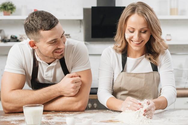 Pareja cocinando bizcocho juntos