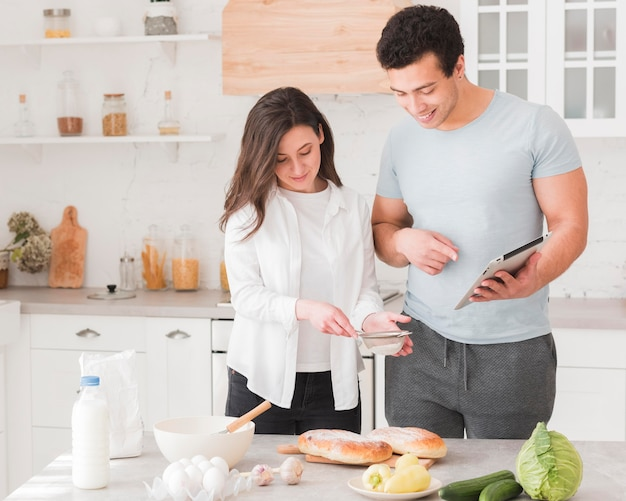 Pareja cocinando de cursos en línea