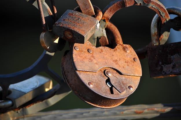 La pareja colgó una cerradura en la barandilla del puente