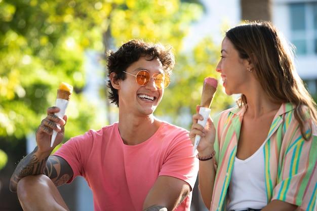 Pareja comiendo helado mientras viaja