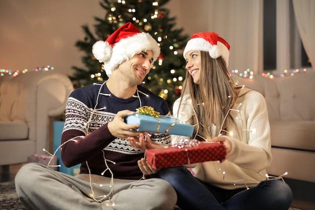 Pareja compartiendo regalos de navidad