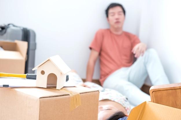 Pareja compra una casa nueva. intenté porque se mudaba a la casa.
