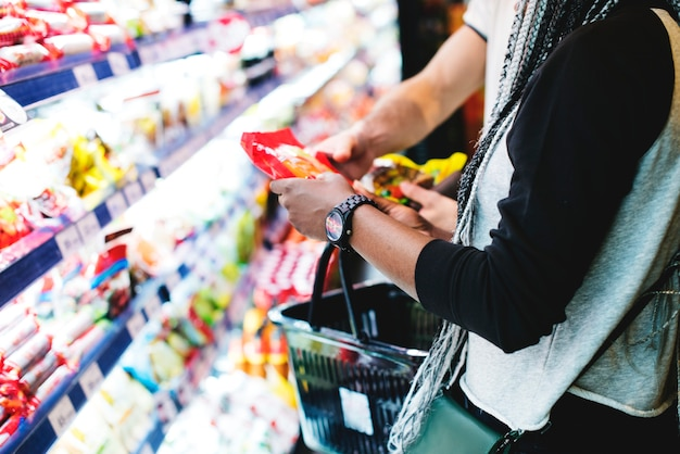 Una pareja comprando comida