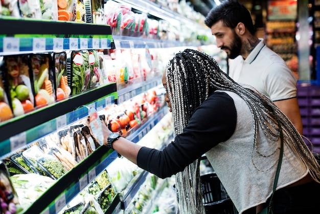 Una pareja comprando comida.