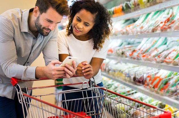 Pareja de compras juntos en un supermercado