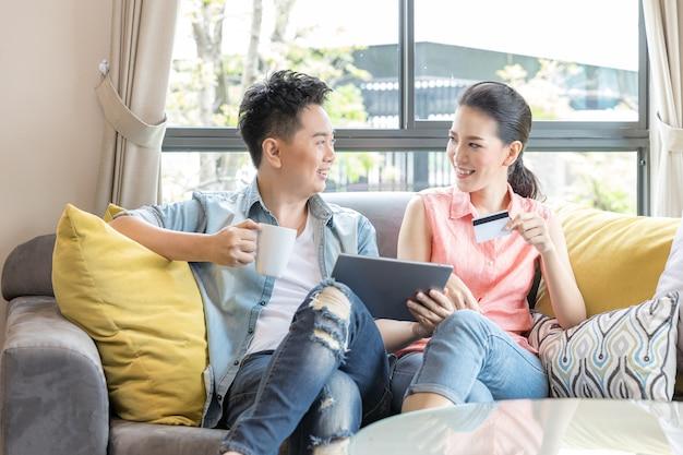 Pareja de compras en línea en casa
