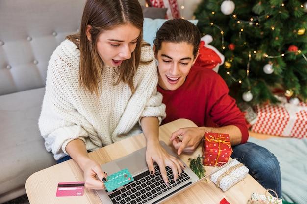 Pareja de compras en línea para navidad