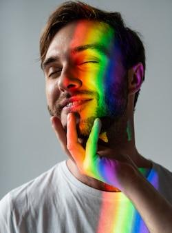 Pareja de la comunidad lgbt con el símbolo del arco iris
