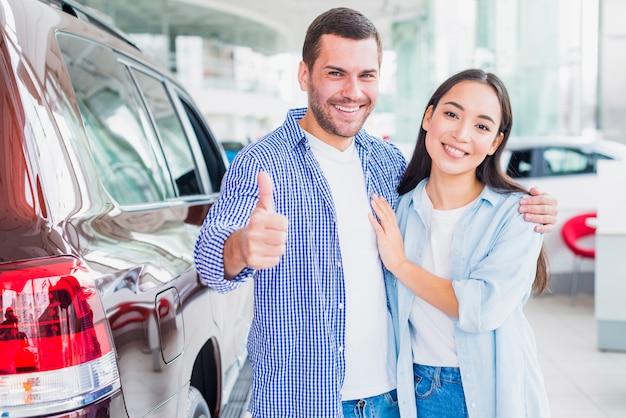 Pareja en concesionario de coches