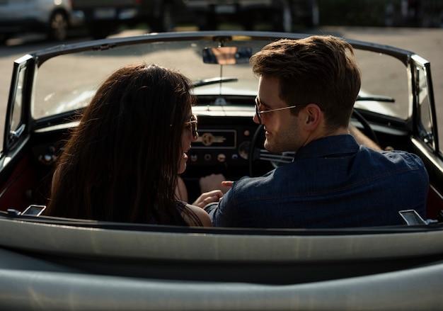 Pareja conduciendo un automóvil viajando en un viaje por carretera juntos
