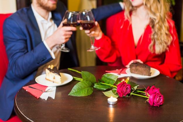 Pareja copas copas en la mesa en el restaurante