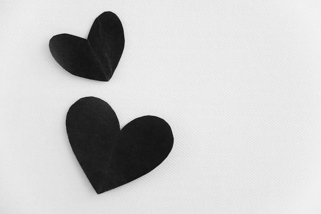 Pareja corazones negros son amor inmortal, relación eterna.