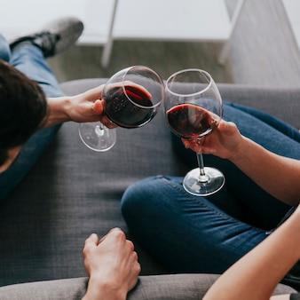 Pareja de cultivos con copas de vino