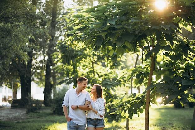 Pareja de enamorados en el parque