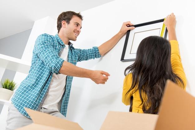 Una pareja decorando su nueva casa