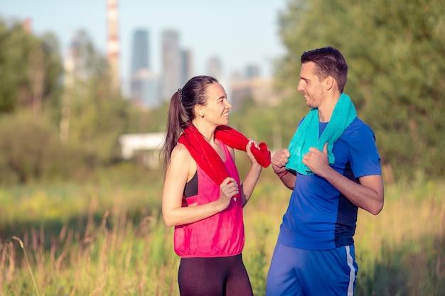 Pareja deportiva activa corriendo en el parque. salud y belleza.