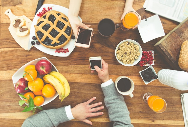 Pareja desayunando en la mañana en casa