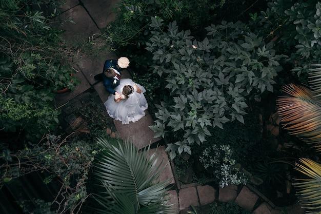 Pareja en el día de la boda en el parque. vista superior. matrimonio. irreconocible.