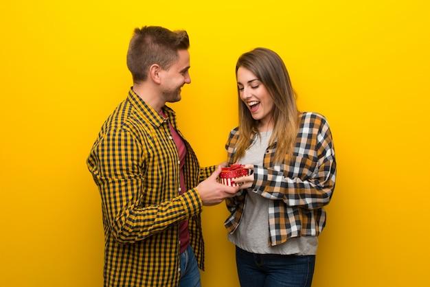 Pareja en el día de san valentín con caja de regalo
