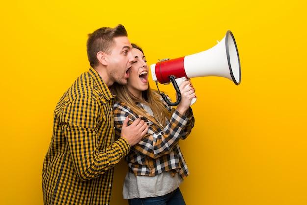 Pareja en el día de san valentín gritando a través de un megáfono