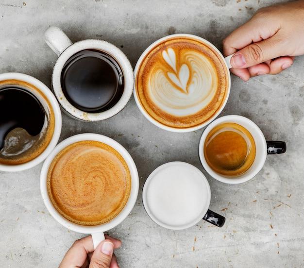 Pareja disfrutando de café en el fin de semana