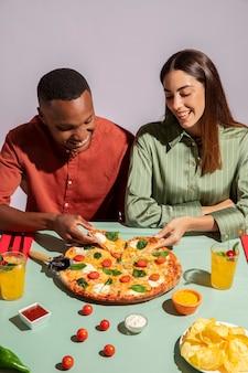 Pareja disfrutando de una deliciosa comida italiana