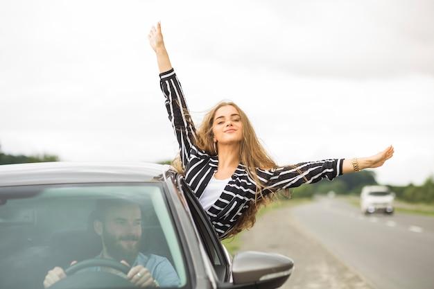 Pareja disfrutando el viaje por carretera