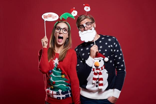 Pareja con divertidas máscaras navideñas aisladas