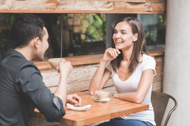 Pareja divirtiéndose en la cafetería