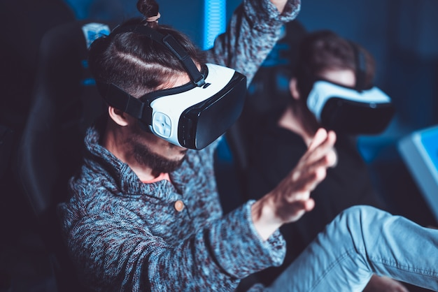 Una pareja divirtiéndose en el cine con gafas virtuales con efectos especiales.