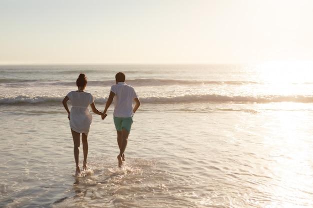 Pareja divirtiéndose juntos en la playa