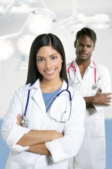 Pareja de doctores mujer india asiática y hombre africano
