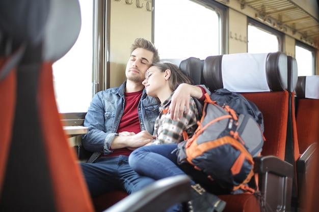 Pareja durmiendo en un tren