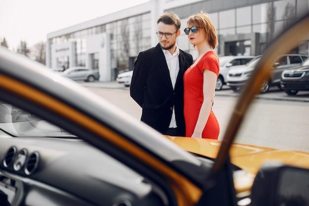 Pareja elegante y elegante en el salón del automóvil.