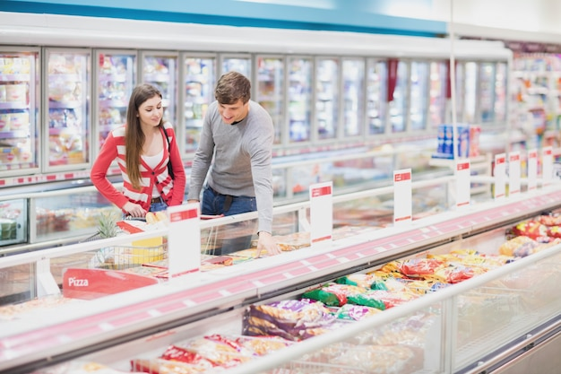 Una pareja eligiendo productos juntos