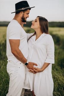 Pareja embarazada, esperando un bebé
