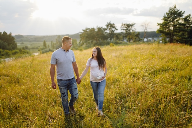 Una pareja embarazada