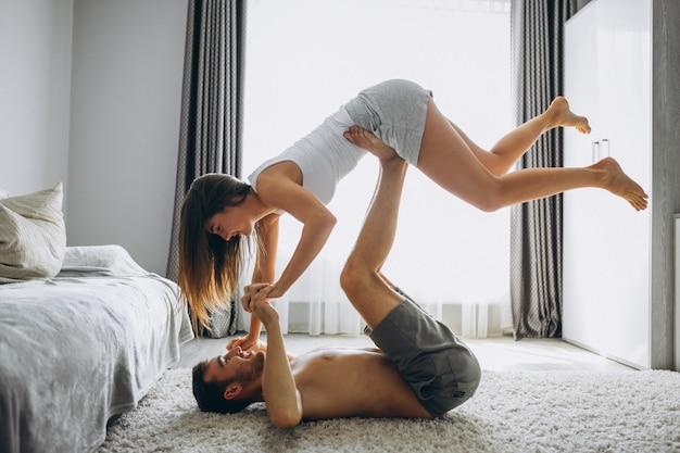 Pareja en casa acostado en el piso y haciendo ejercicio