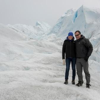 Pareja en el glaciar perito moreno, parque nacional los glaciares, provincia de santa cruz, patagonia, argent