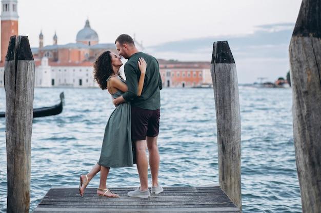 Pareja en luna de miel en venecia