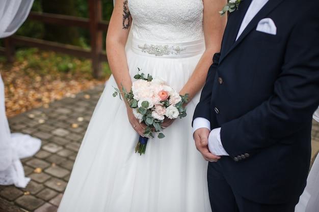 La pareja enamorada se encuentra en la ceremonia de la boda