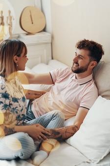 Pareja de enamorados se abraza en la cama