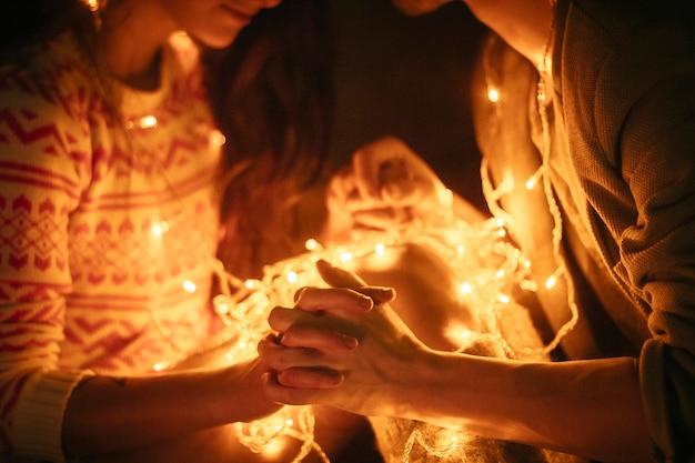 Pareja de enamorados abrazándose por la noche, abrazar la luz.