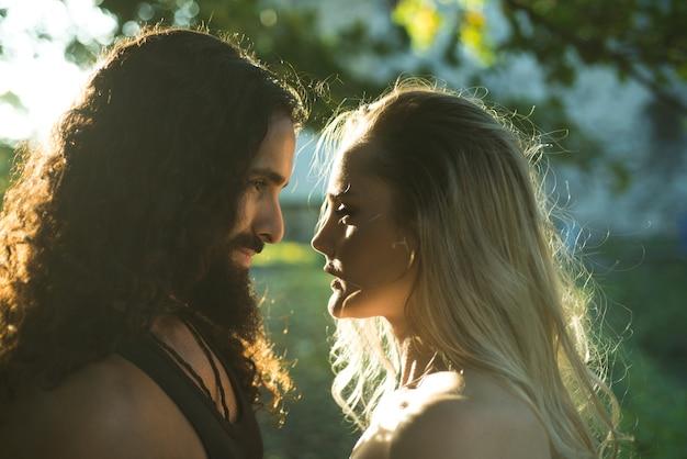 Pareja de enamorados al aire libre foto de moda de pareja elegante sexy en la tierna pasión cara hombre y mujer