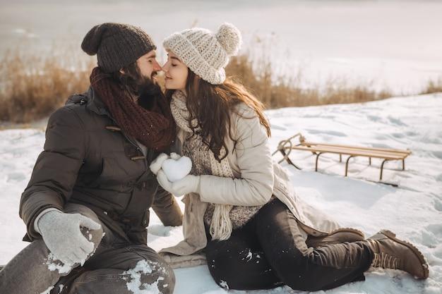 Pareja de enamorados al aire libre en invierno
