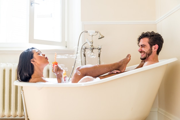 Pareja de enamorados en el baño
